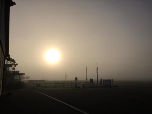 Lever de soleil dans le brouillard