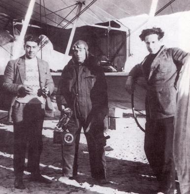 Henri Guillaumet (à gauche), Rigueille et Jean Mermoz devant un Breguet XIV à Cap Juby